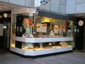 exterior shop selling claddagh ring and Irish jewelry
